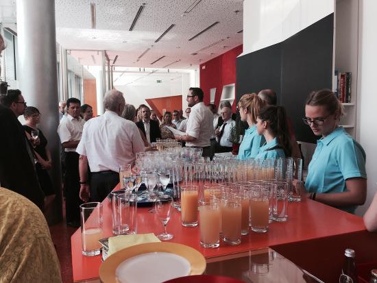 """Volles Haus im neuen Café der Stadtbücherei """"Orangerie"""": Vier Augsburger Rotary Clubs treffen sich mit Vertretern der Stadt Augsburg, der Stadtbücherei und der Freunde der Neuen Stadtbücherei e.v.!"""